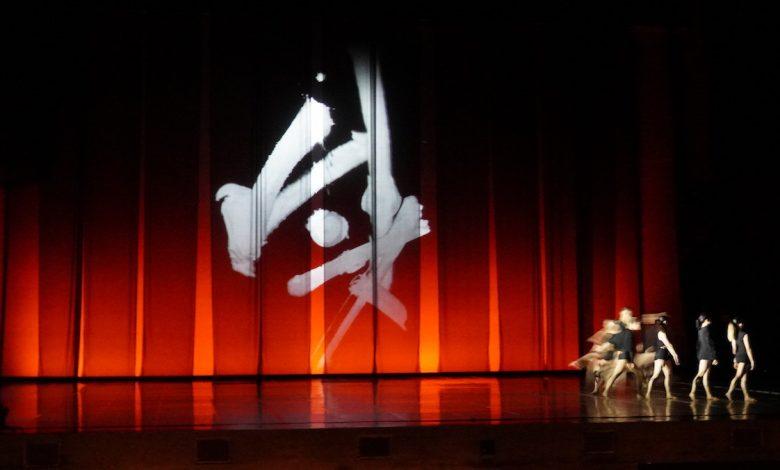 國台交《普羅米修斯的創造》採用書法家蕭世瓊作品作出佈景動畫。(攝影:謝平平)