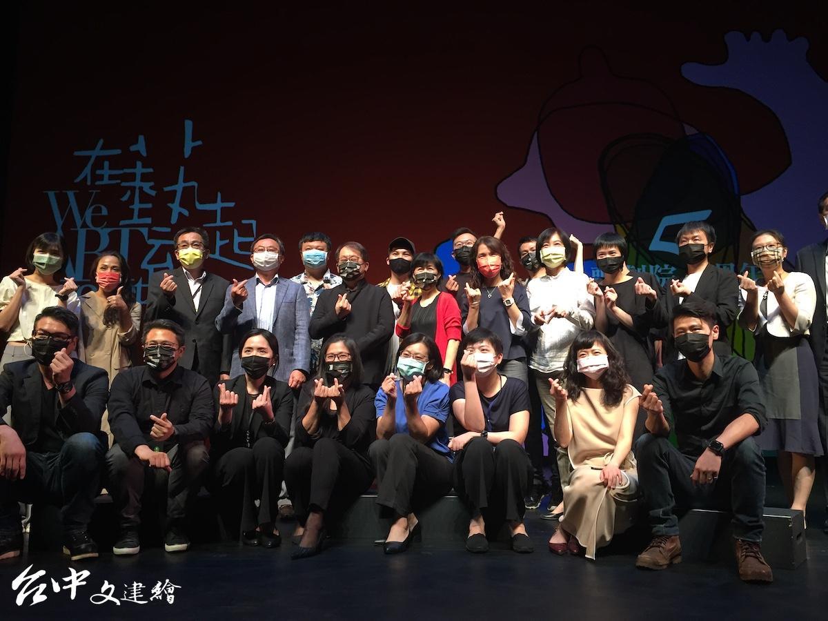 台中歌劇院今日舉行五週年記者會,包括駐館藝術家、歌劇院工作人員等都共同參與歡慶。(圖:台中文建繪)