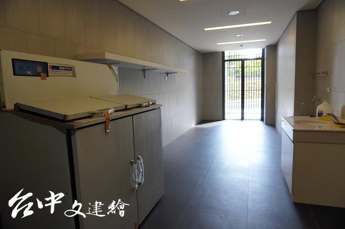 南屯精科社宅環保室備有冷藏廚餘設備(左方設備)。(攝影:謝平平)