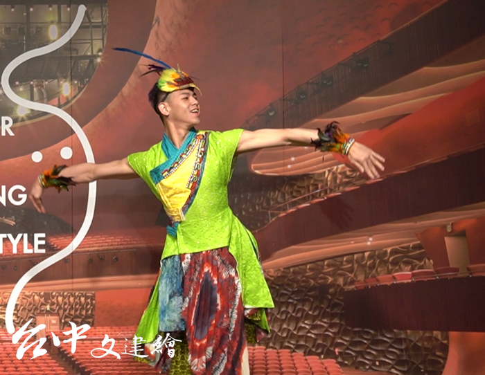 五色鳥服裝設計具有強烈舞台效果。(攝影:謝平平)