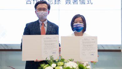 台南市美術館與成大老年所於2021年8月17完成續簽合作備忘錄。左為成大醫院老年學研究所所長白明奇、右為 南美館館長林育淳。(圖:南美館)