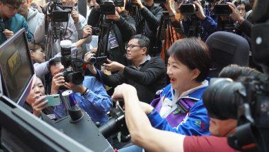台中市長盧秀燕體驗賽車電玩模擬器,大呼太過癮。(攝影:謝平平)