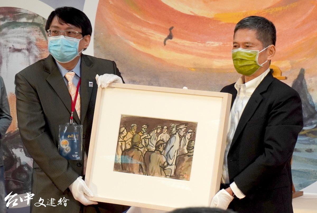 台灣前輩藝術家洪瑞麟作品捐贈儀式由其摯友呂雲麟之子呂學偉(左)代表出席,右為文化部長李永得。(圖:台中文建繪)
