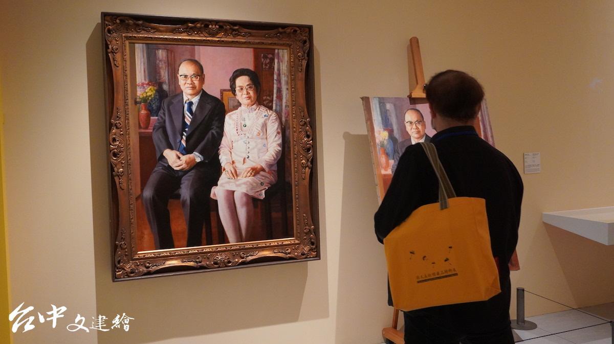 李梅樹為許鴻源夫妻作畫。(攝影:謝平平)