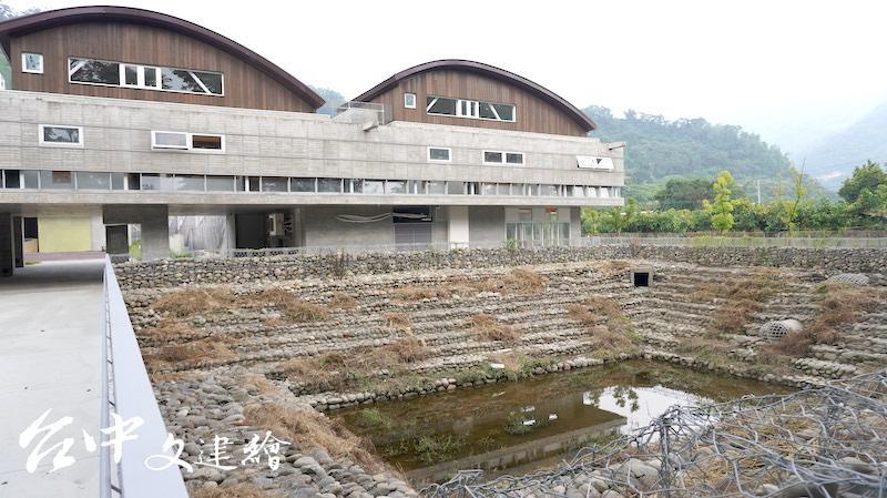 高雄山地育幼院新校舍為回字型,前為滯洪池,後面建築右為外觀無塗料、也不貼磁磚,為綠建築。(攝影:謝平平)