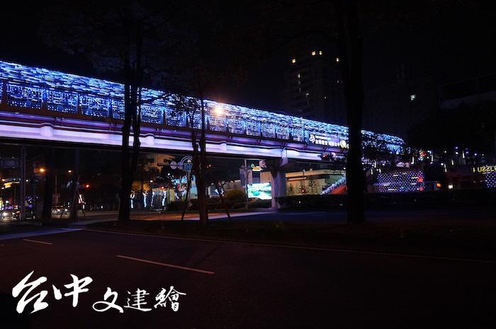 台灣大道上的「一軸四橋」由大台中建築師公會統籌設計、贊助,形成 2020台灣燈會之外的新亮點。(攝影:謝平平)