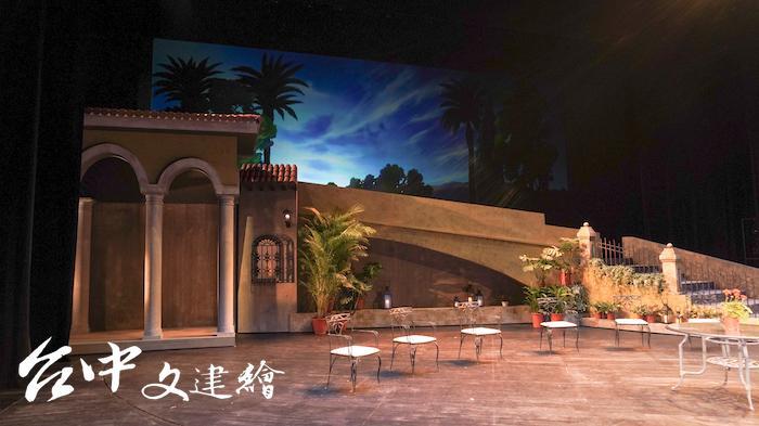舞台佈景為摩爾建築與仿吉普賽人居所。(攝影:謝平平)