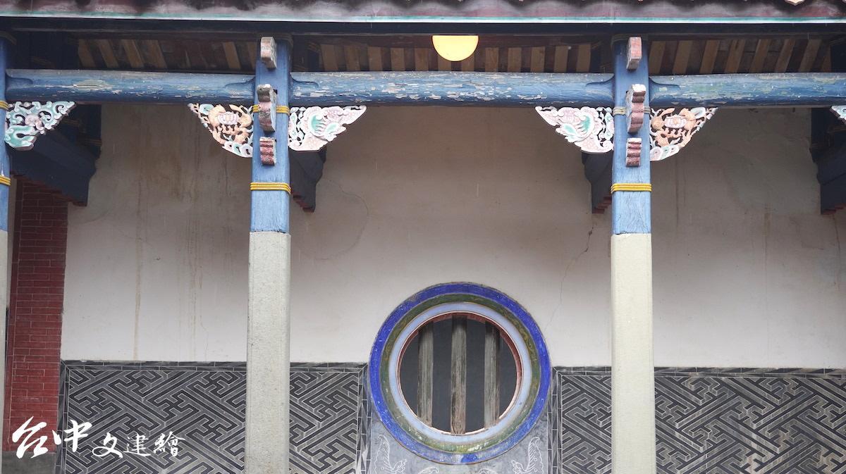 台中張廖家廟為與祭拜神明的廟宇有所區隔,以墨黑為牆色,上有萬字符與囍字,祝福子孫。(攝影:謝平平)