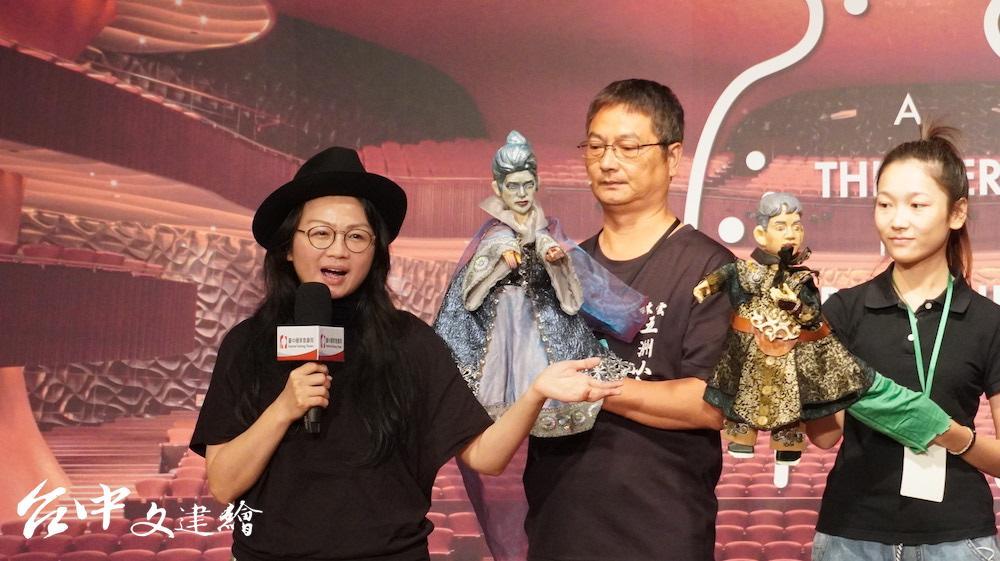 台北偶戲館館長許嘉芬(左一)擔任「魔笛」導演。中為五洲小桃園掌中劇團操偶師陳文哲。(攝影:謝平平)