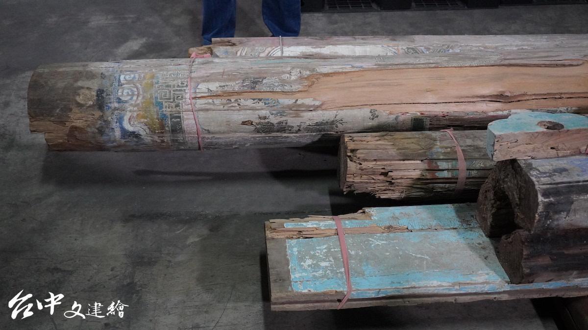 「台中市文化資產資材管理中心」留存清水皇家「瀞園」部分損壞的文化資材,未來將大料變中料。(攝影:謝平平)