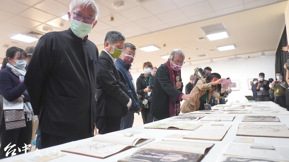 成功大學名譽教授蕭瓊瑞(左)進行講解。(圖:台中文建繪)