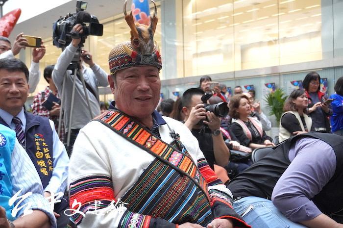 台中市和平區內唯一世襲的泰雅族酋長陳榮爵(比浩・巴燕),帽上的山羌角只有酋長能用以裝飾。(攝影:謝平平)