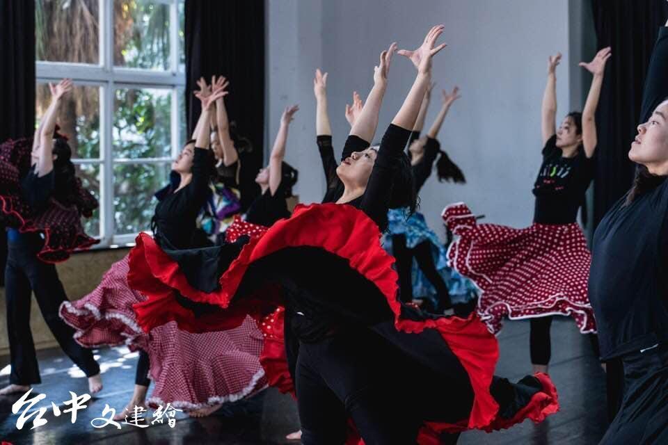 舞者排練中(圖:「台北歌劇劇場」粉專)