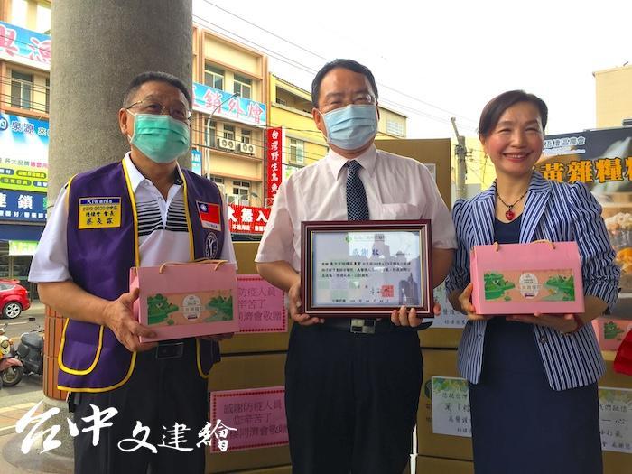梧棲農會贈與童綜合醫院 1,500 顆粽子,對醫護人員表達感謝之意。(攝影:謝平平)