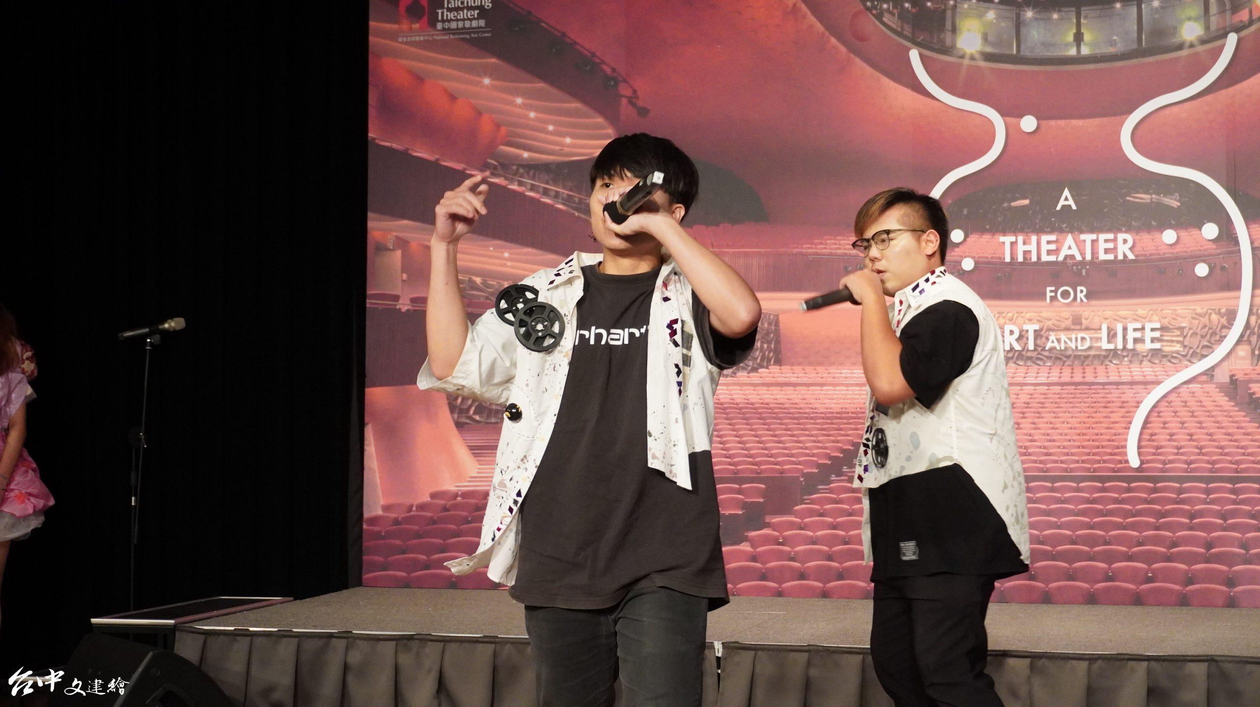 逢甲大學結合 AR 的新創舞台作品「流浪漂泊的白馬」。(攝影:謝平平)