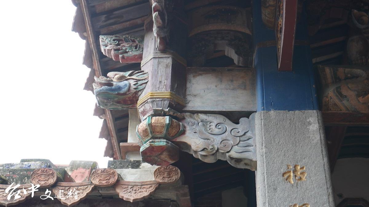 台中張廖家廟,垂花吊筒旁以木雕螭虎(豎材)遮蔽與通樑的榫接點,做工精細。(攝影:謝平平)