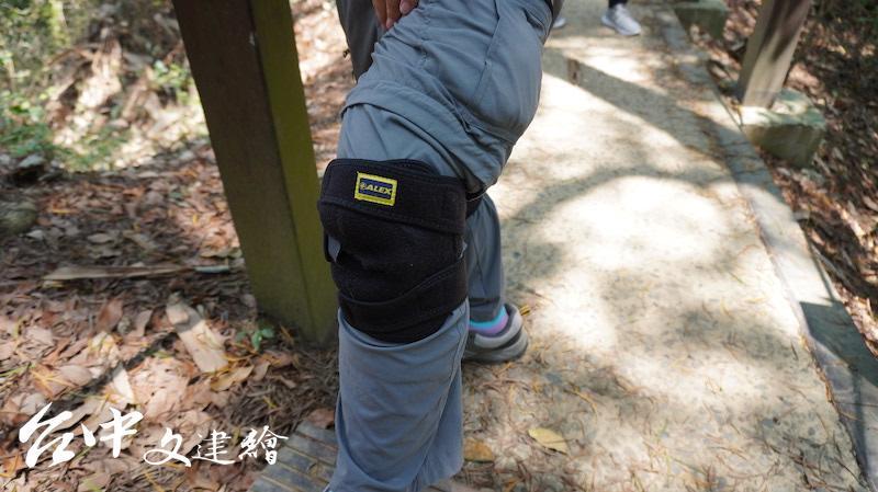 走步道也可穿上護膝、帶登山杖。(攝影:謝平平)