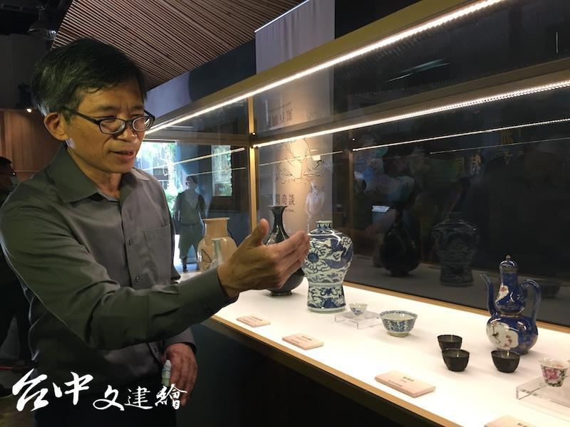 史博館館長廖新田解釋,該次展覽展件僅 60 件,但足以了解亞洲酒文化的發展。(攝影:謝平平)
