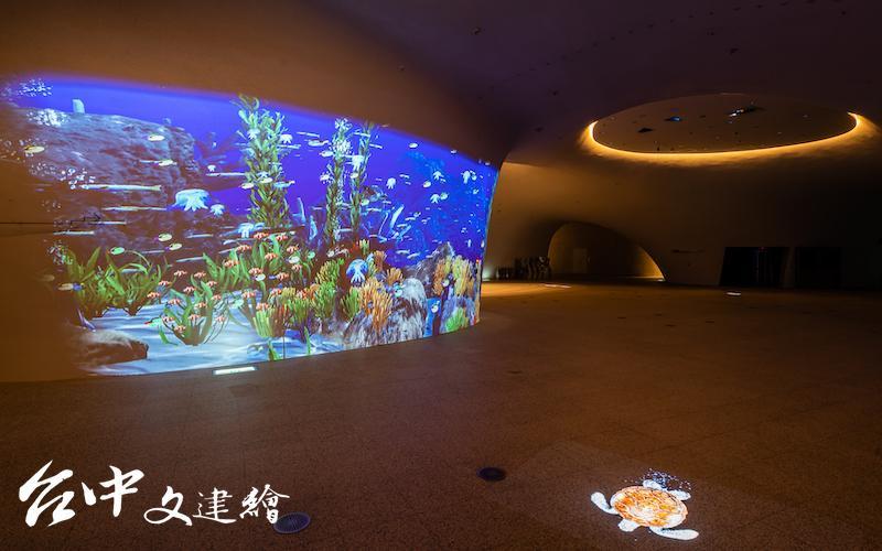 台中歌劇院「光之曲幕 T.A.P. Project」一樓為「海底世界」,晚間六點開始播放。(圖:台中歌劇院/攝影:陳建豪)