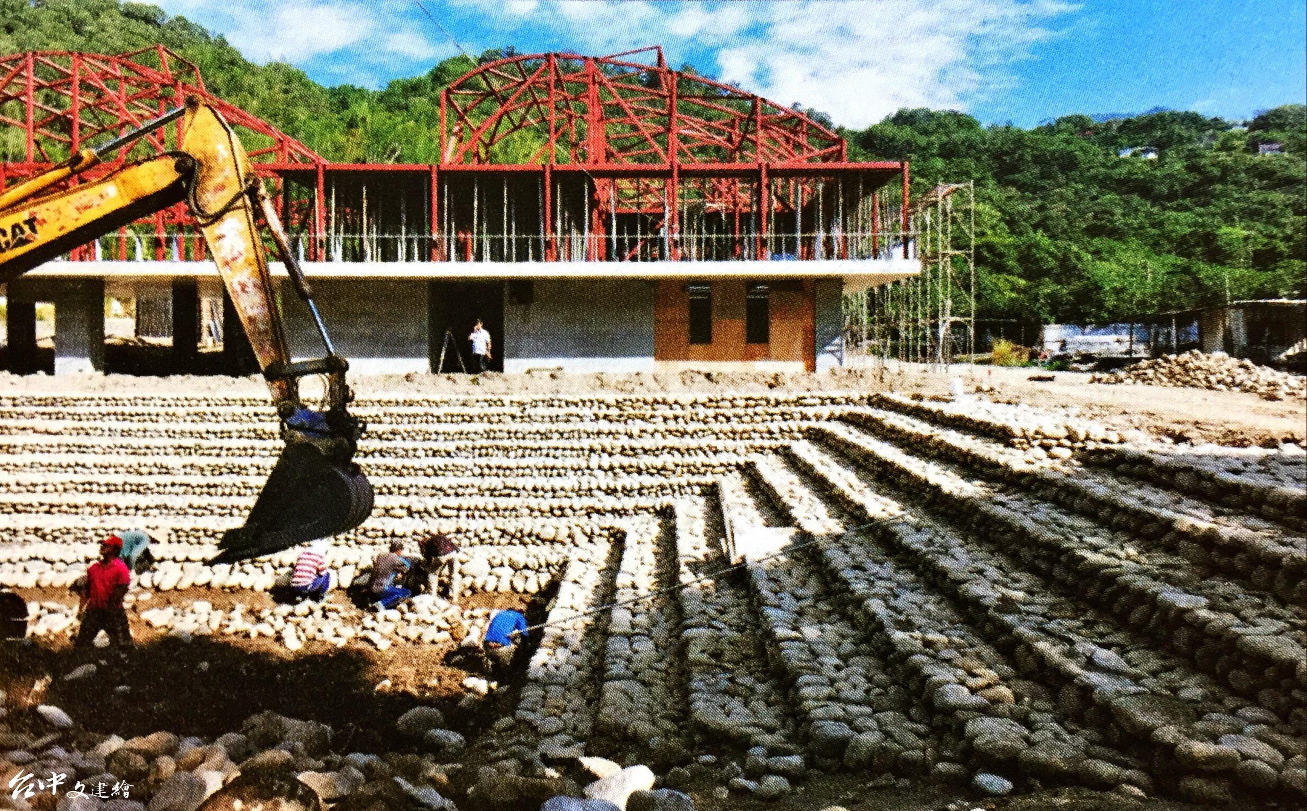 (對照圖)高雄山地育幼院新校舍為回字型,前為滯洪池。(圖:原點出版)