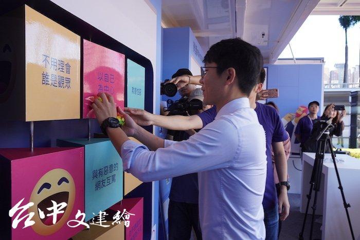 台中市新聞局長黃國瑋體驗第二部曲:的造量好網路戶動。(攝影:謝平平)