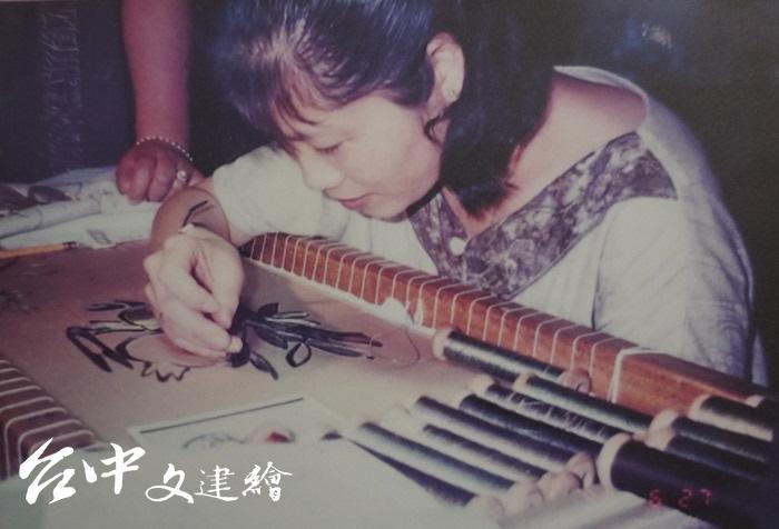 「刺繡」保存者劉千韶 16 歲時開始學習刺繡工藝。(翻攝:謝平平)