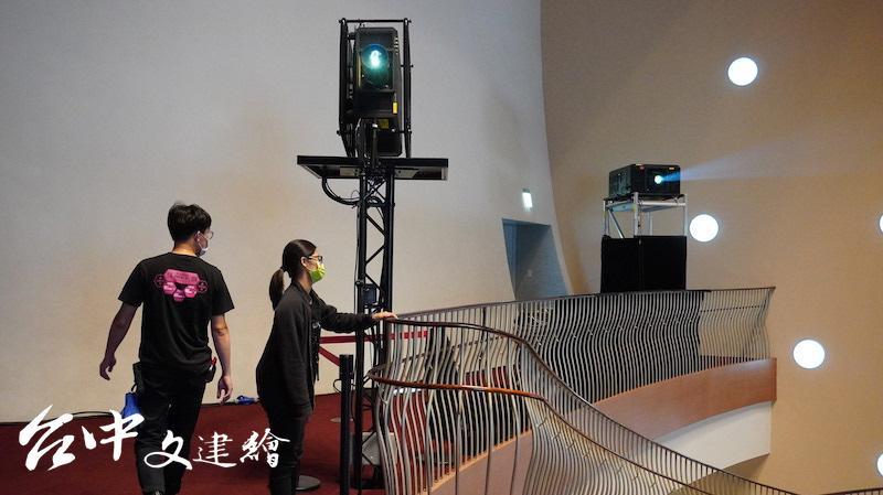 此次動用的 5 萬流明的 4K 雷射投影機在 2019 年底上市,機器能在不同面向,維持一定的投影水平。(攝影:謝平平)