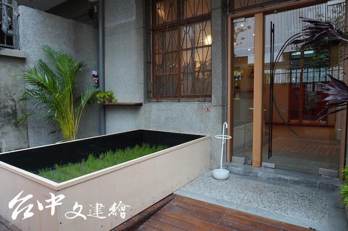 猜猜,種植稻米的土有多重?該方盒長、寬為 180 X 210 公分。(攝影:謝平平)