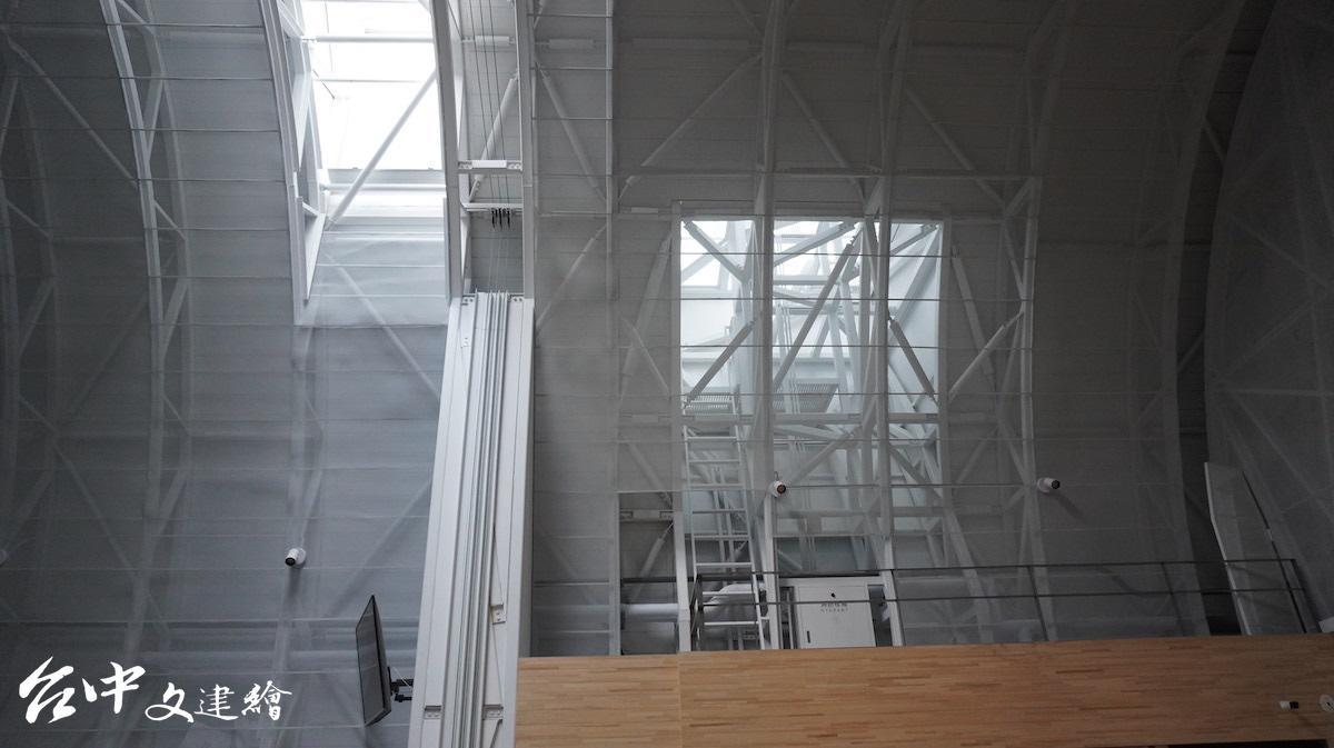 高雄山地育幼院新教堂的窗戶(攝影:謝平平)