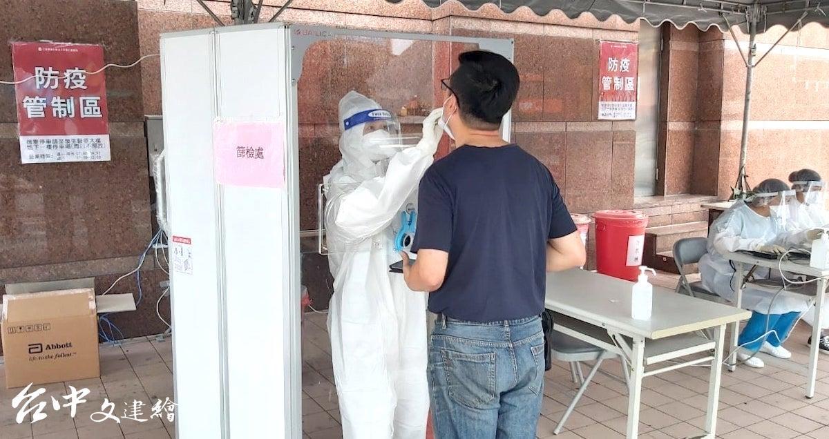 採檢人員在大熱天底下作業,十分辛苦。(圖:大里「仁愛醫院」粉專)