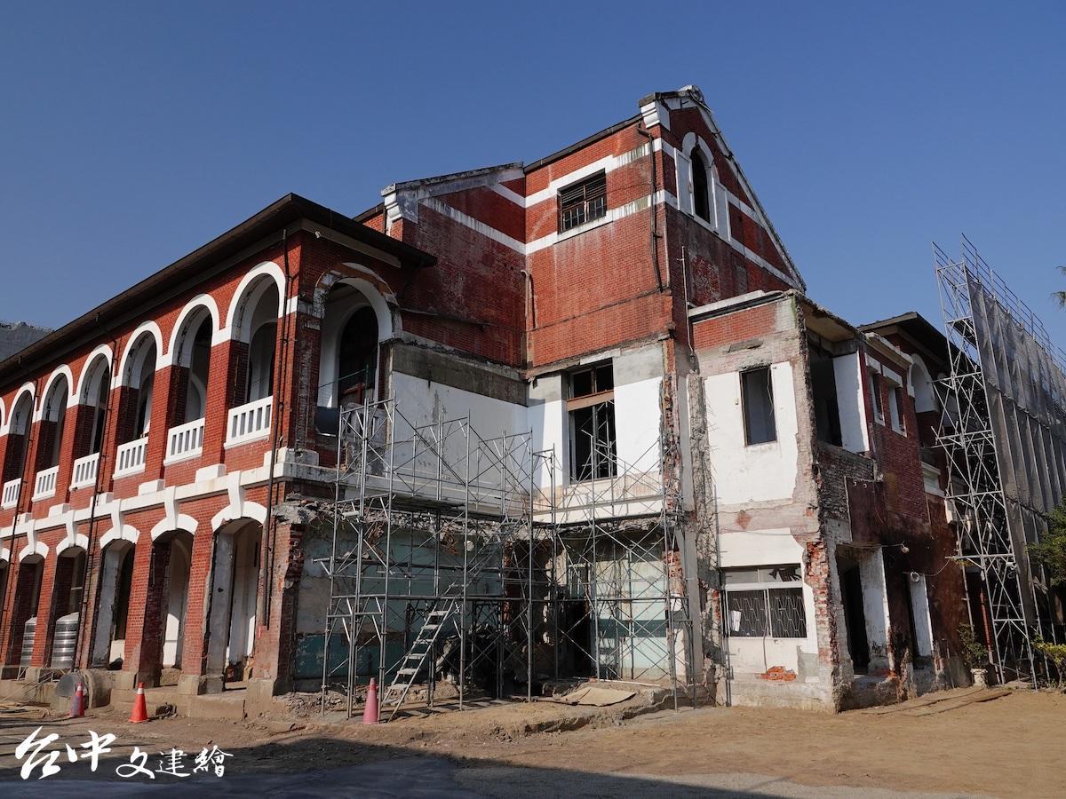 1976年因為增建,擋住了台中州廳 C 棟建築原來的山牆。(圖:台中市文化局)