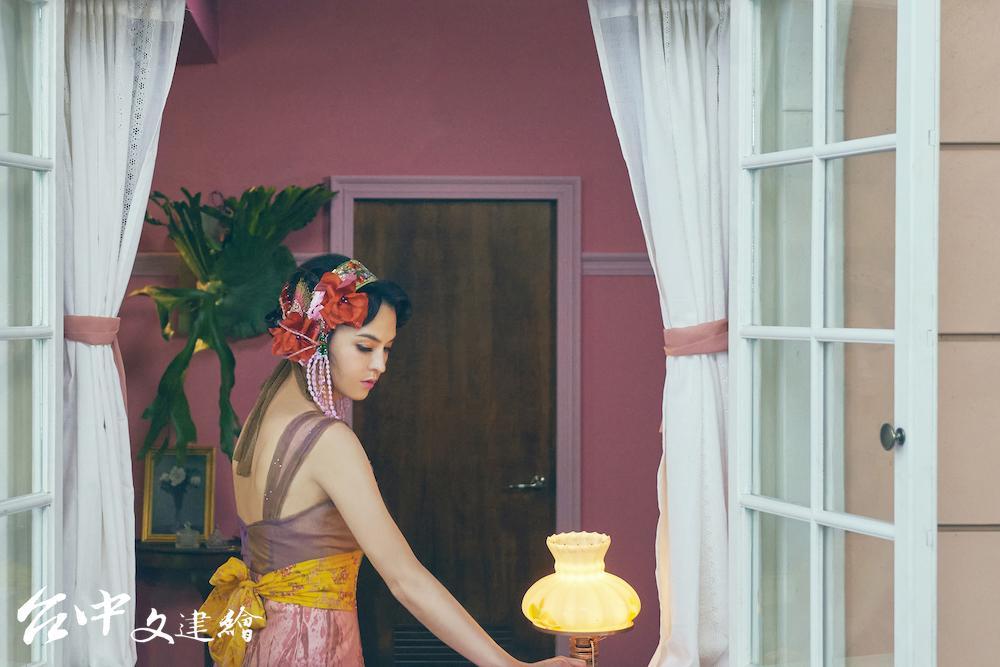 影后張榕容飾演唐代〈灰陶加彩仕女俑〉,盼著再也不會出現的情人。(圖:國立故宮博物院)