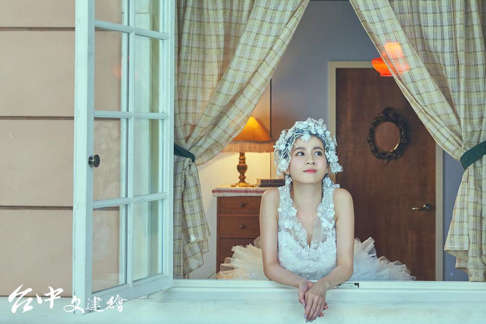 曾演出「故宮×青春」影片女主角連俞涵,詮釋晉代王羲之〈快雪時晴帖〉,飾演褪去一襲華服的女明星。(圖:國立故宮博物院)
