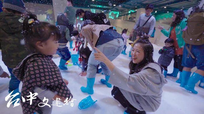 全台唯一恆溫雪場在 MITSUI OUTLET PARK 台中港店,採日本獨家技術控制場內溫度,且人工雪片由淨水製造,無任何化學藥劑。(圖:「SNOWTOWN 雪樂地」粉專)