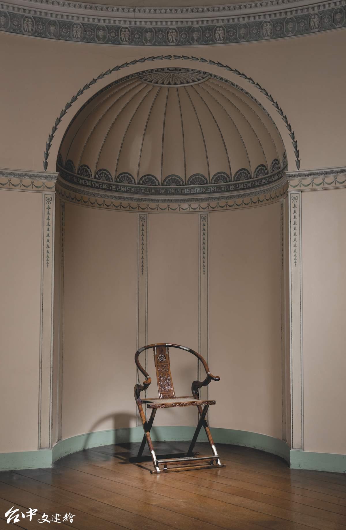 「維甯漢莊園中國古典傢俱」專場拍賣最受矚目的黃花梨麒麟紋圈背交椅。(圖:業者提供)