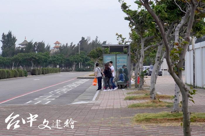 高美濕地免費接駁車搭乘點,設在台中港遊客服務中心的公車站牌,非國道客運站牌。(攝影:謝平平)