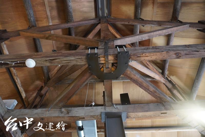 修復團隊以 U 型馬蹄鐵拉緊木結構。(攝影:謝平平)