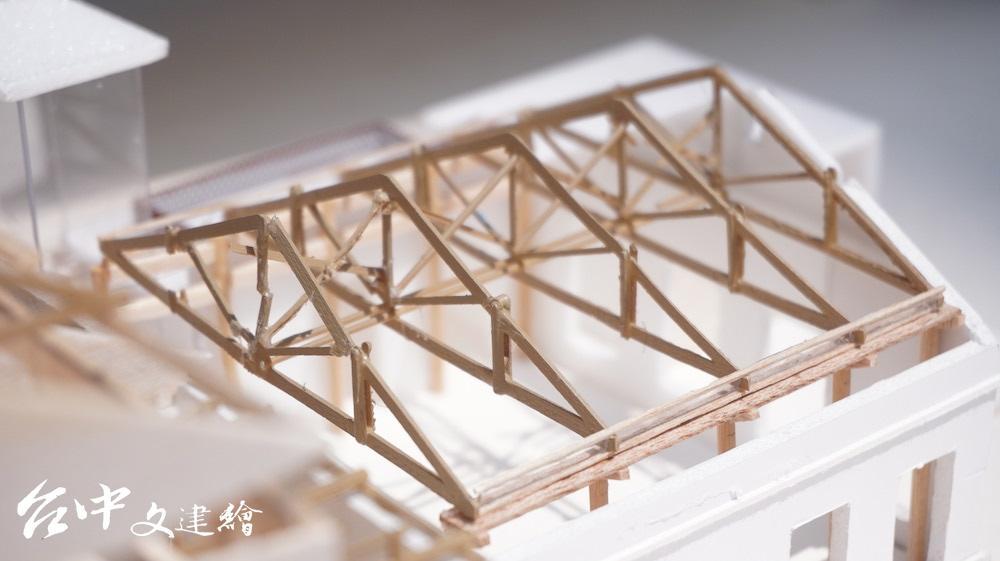 台中潭子穀倉的袋裝糙米空間使用正同柱桁架系統(king post truss;中柱式)。(圖:台中文建繪)