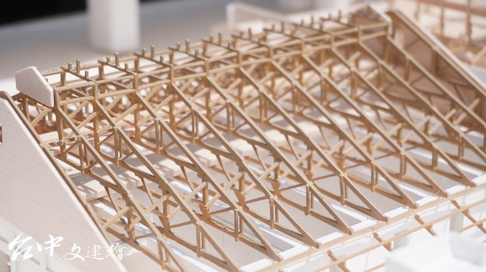 台中潭子穀倉的散積稻穀空間使用副同柱桁架系統(queen post truss;偶柱式)。(圖:台中文建繪)