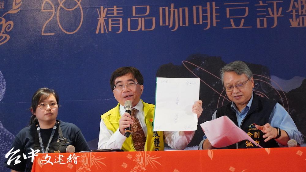 農糧署主任秘書陳啟榮(中)與台中市副市長令狐榮達(右)共同宣布特等獎。(攝影:謝平平)