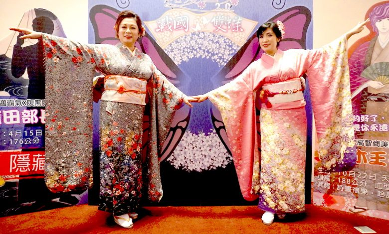 台灣知名女高音林錦如(左)、羅明芳(右人身著藝術總監曾更怡(「我們的劇團」團長)親手製作的和服演唱。(圖:台中文建繪)