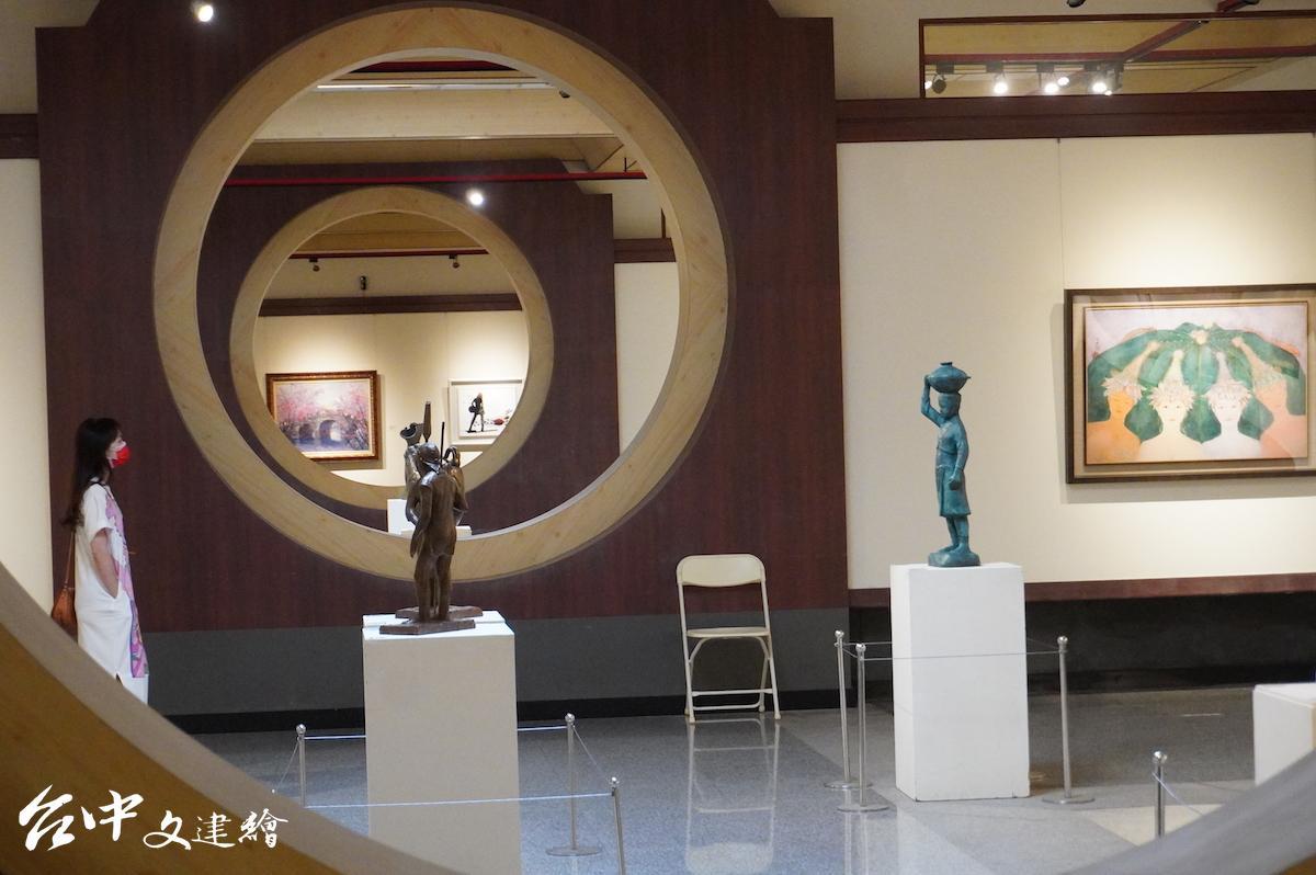 台中縣牛馬頭畫會2021年會員聯展「牛耕藝田」在台中市港區藝術中心舉行。(攝影:謝平平)