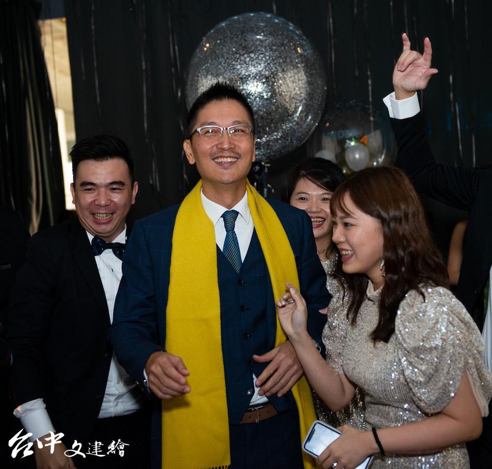 瑞司照明總經理王啟祥(左)在 2020 年台北國際建材展。(圖:業者提供)