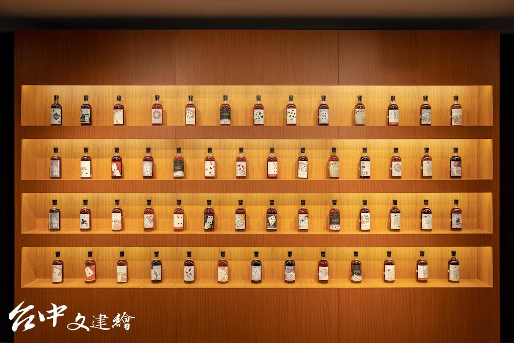 「羽生撲克牌系列」威士忌 21 日在「稀有葡萄酒及威士忌」拍出 11,890,360 港幣佳績,約合台幣 4,373 萬。(圖:業者提供)