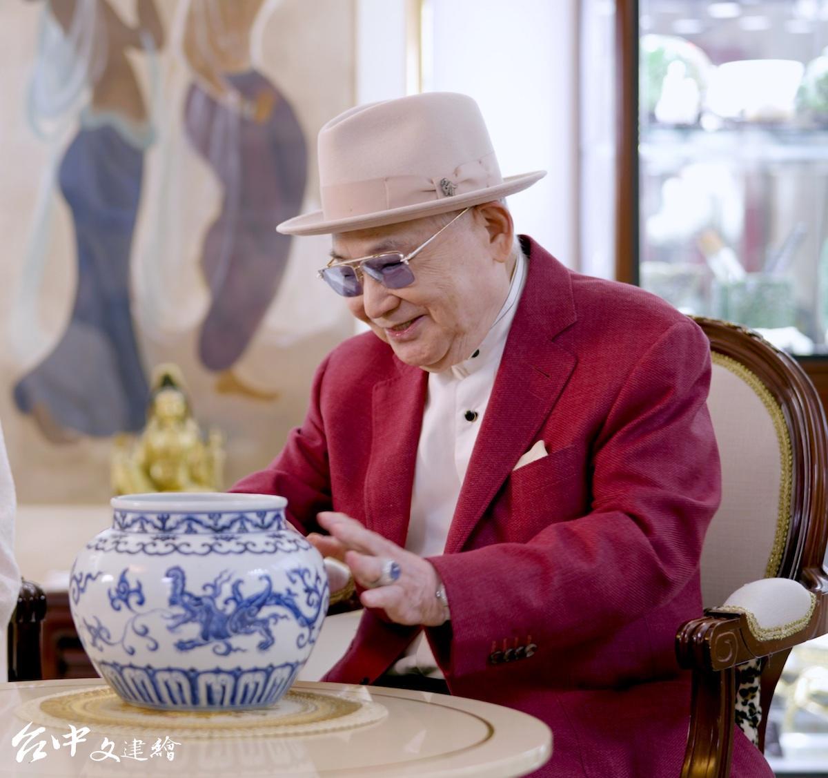 知名收藏家張宗憲此次委託拍賣的明宣德青花夔龍紋罐。(圖:業者提供)
