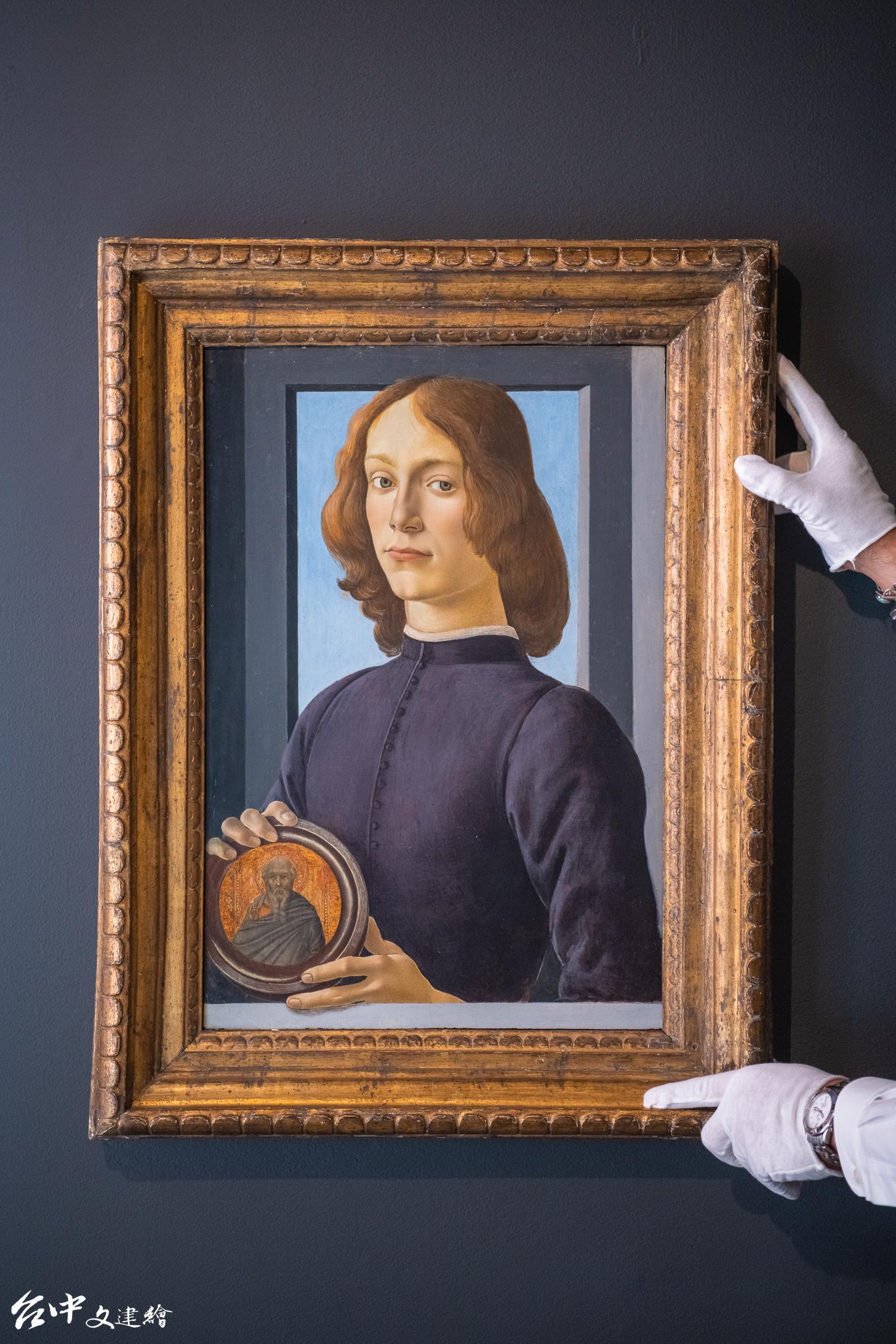 文藝復興大師波提且利《手持圓形聖像的年輕男子(Young Man Holding a Roundel)》在 2021 年 1 月以 9,220 萬美元成交,超過 25 億台幣,創下蘇富比西洋古典作品史上最高拍價,也是史上最貴的肖像畫。(圖:蘇富比)