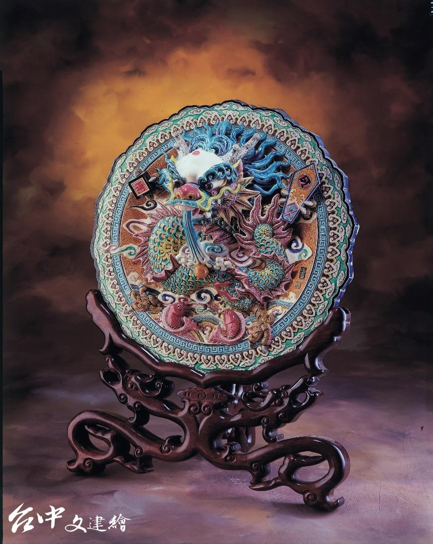 1995 年,前總統李登輝以該作品相贈康乃爾大學。(圖:「吳榮交趾陶藝術」粉專)