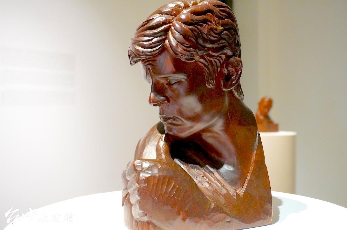 陳正雄,雕刻—檜木,亞蘭德倫,16X18X31 公分。1970 南美展 入選作品。(圖:謝平平)