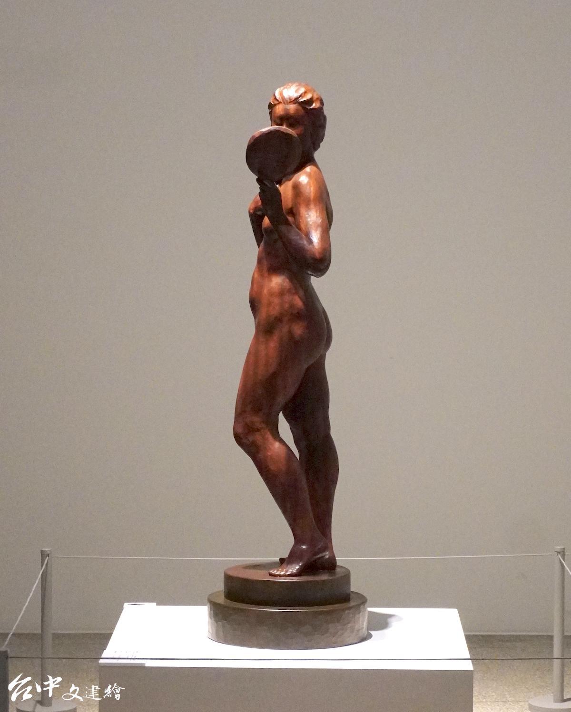 陳正雄,雕刻—牛樟,梳妝,37X37X126公分,1984。(圖:謝平平)