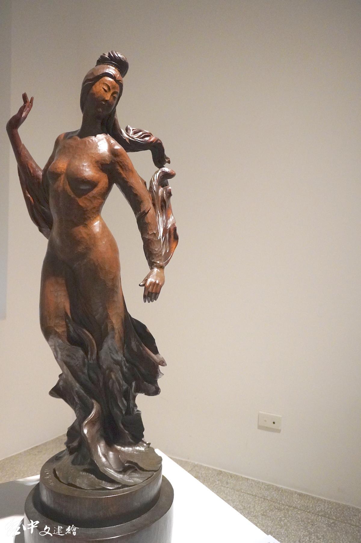 陳正雄送給妻子的禮物〈奔月〉,雕刻—牛樟,41X41X132 公分,1976。(圖:謝平平)